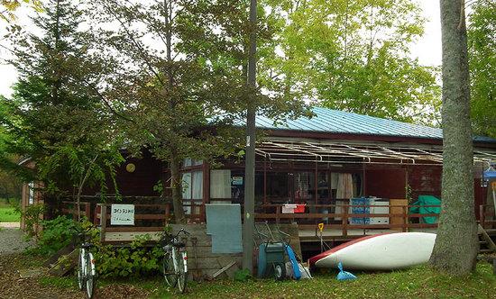 和琴半島湖畔キャンプ場の管理棟と売店