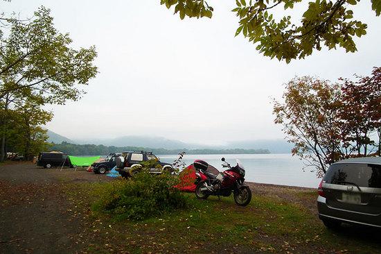 和琴半島湖畔キャンプ場に乗り入れいるバイクと自動車