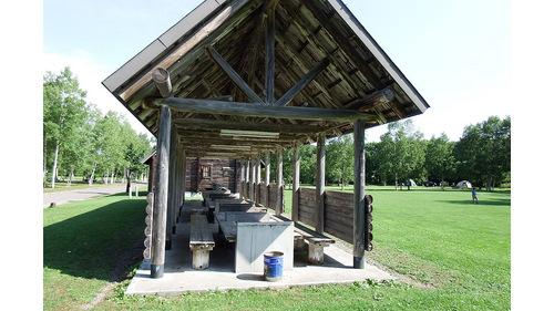 桜ケ丘森林公園オートキャンプ場 炊事場とバーベキューコーナー