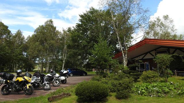 森のキッチンかわいの入口と駐車場