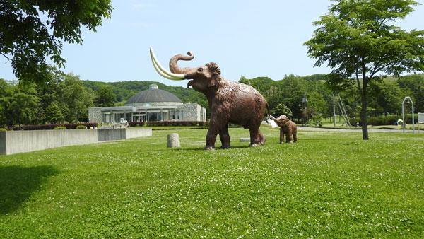 ナウマン象記念館のモニュメント