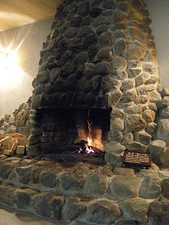 湧駒荘の暖炉