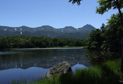 知床五湖の二湖からの知床連山