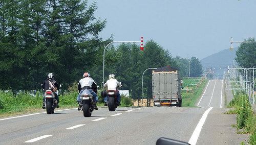 2014-08-02-R274 うりまく方向へ走るバイク
