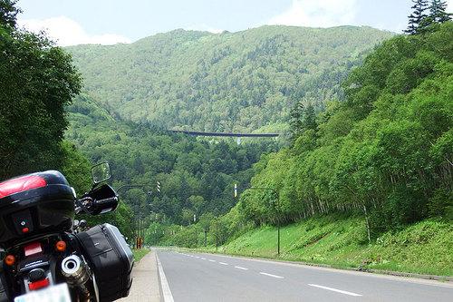 2014-08-02-三国峠の手前から橋を見上げる