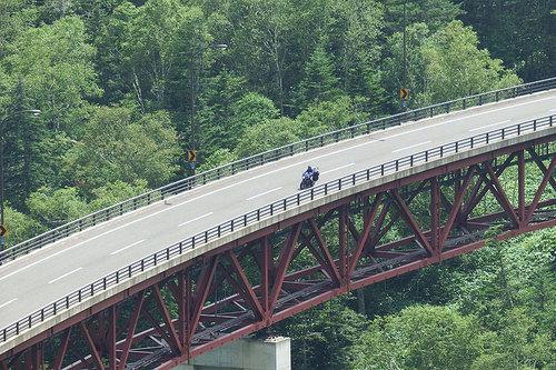 2014-08-02-松見大橋の上を通り過ぎるバイク