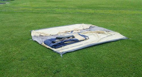 2014-08-02-放置されたファミリーキャンパーのテント