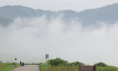 2014-08-03-ナイタイ高原で晴れ間を待つライダー