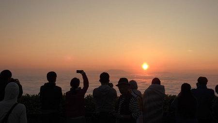 2016-08-13-津別峠の日の出を撮影する観光客