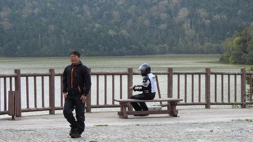 2016-09-11-然別湖畔で休憩の二人