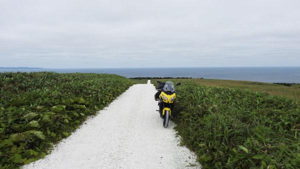 2017-07-18-白い道と海を背景に