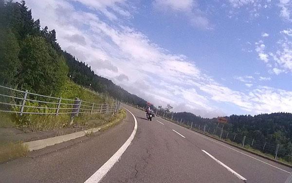 2017-09-09-阿寒横断道で先頭を走るスガ君