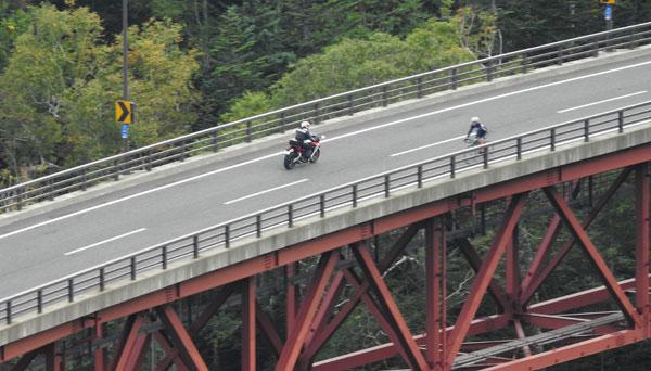 2017-09-16-松見大橋を通るライダー