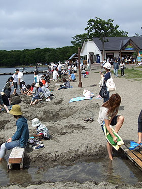 砂湯の観光客